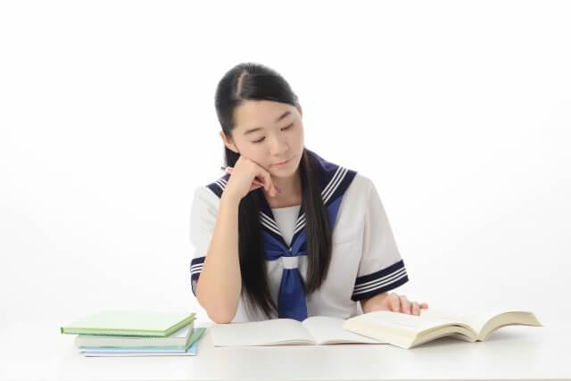 勉強する中学生の写真