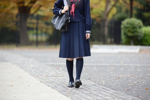 歩く中学生の女の子の写真