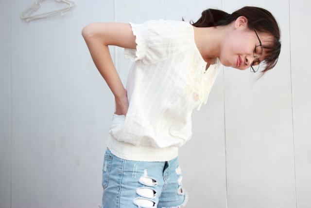 ぎっくり腰の女性の写真
