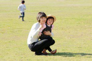 小学生の女の子とお母さん